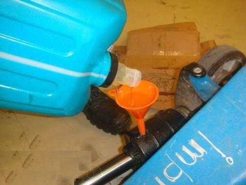 Замена масла в гидроузле тележки рохли